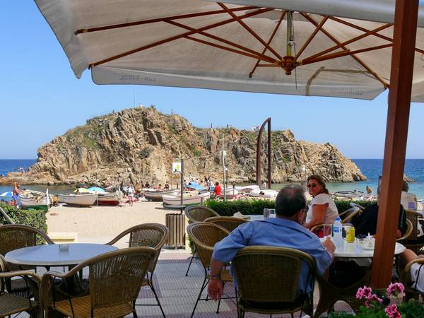 Cocktail bar Can Tirol is right across from Sa Palomera in Blanes